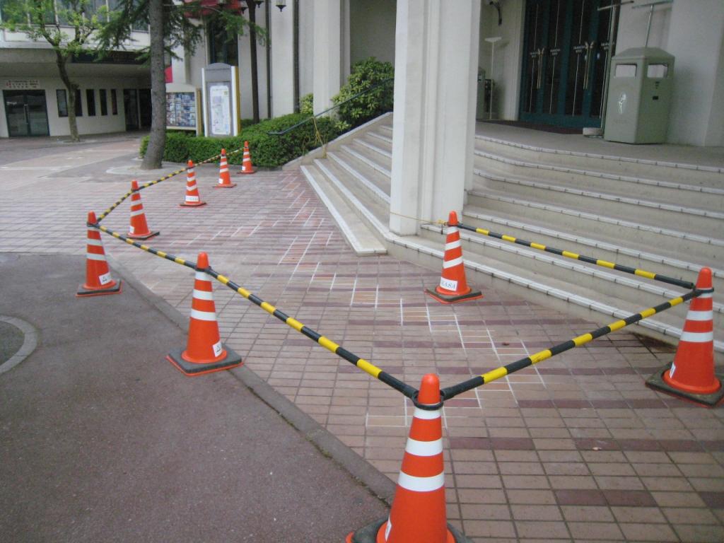 某劇場施設 土間タイル亀裂取り替え補修